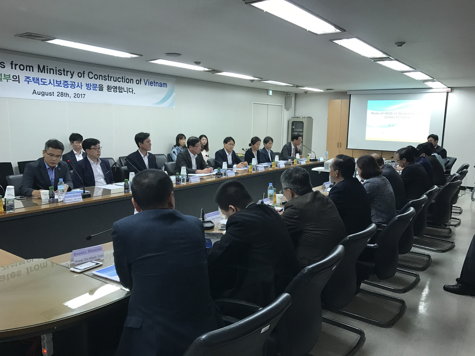 Làm việc với Tổng Công ty bảo lãnh nhà ở và đô thị Hàn quốc, tên gọi tắt là HUG, vào buổi chiều 28/08/2017 tại chi nhánh phía tây Seoul của HUG